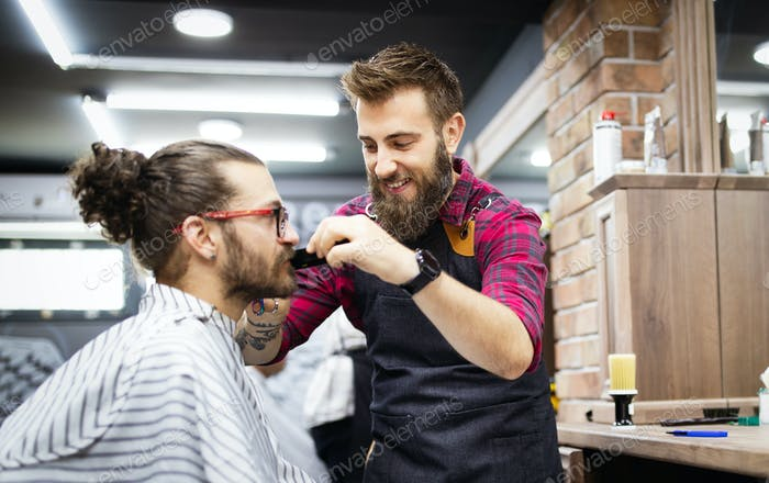 Парикмахерская бритье бородатый мужчина в парикмахерской, крупным планом