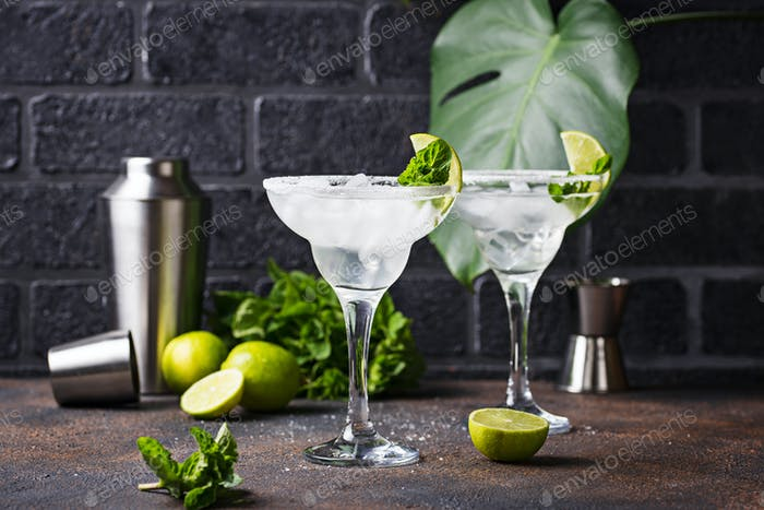 Margarita cocktail with lime and ice