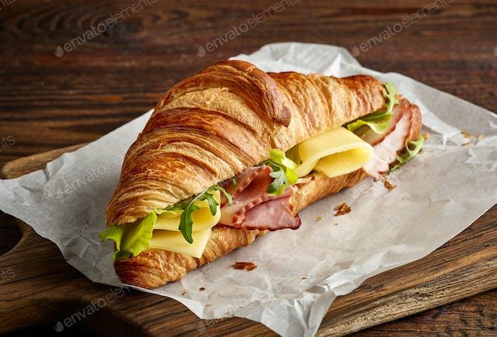 Croissant Sandwich mit Käse und Schinken