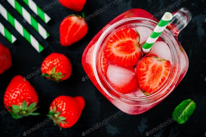 Erdbeereiskaltes Getränk mit Eis und Minze. Erdbeere infundiert Wasser, Cocktail, Limonade oder Tee.