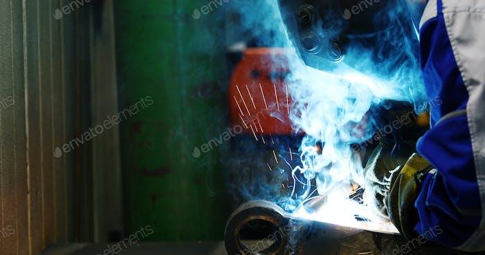 Industriearbeiter in der Fabrik Schweißen Metall Nahaufnahme