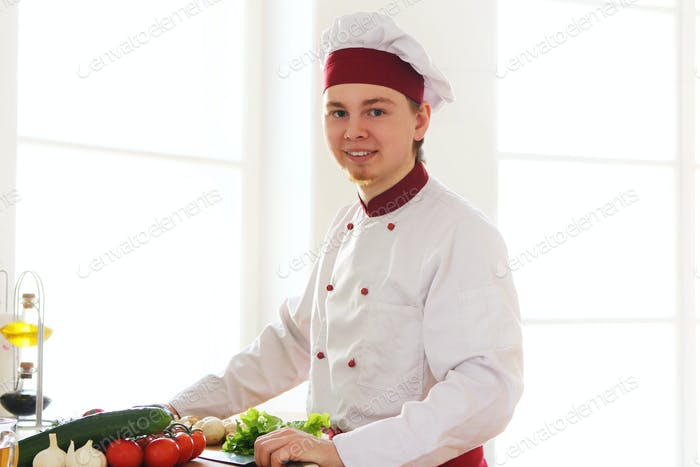 Fröhlicher Koch in der Küche