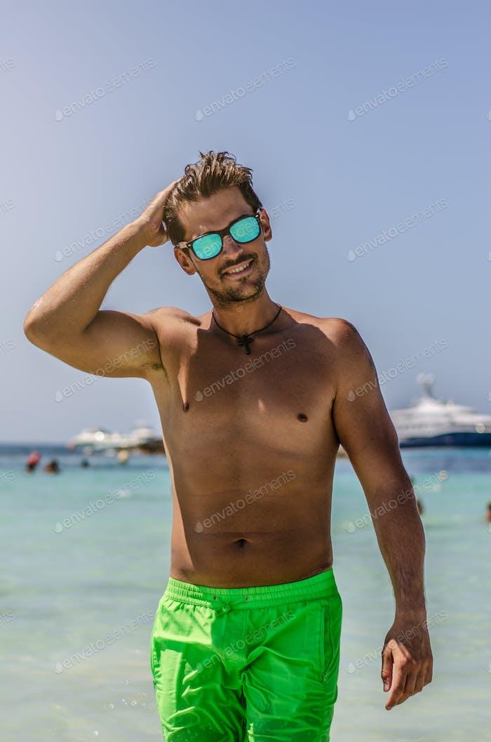 shirtless Mann genießen die Strand