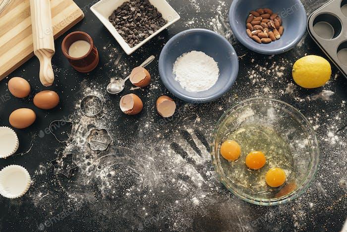 Schöne Frau Vorbereitung Kekse und Muffins.