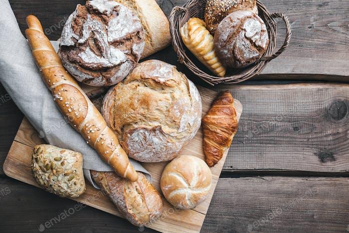 Delicioso pan fresco sobre Fondo de De madera