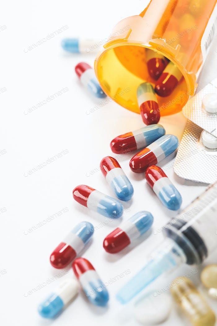 Verschiedene pharmazeutische Medizin Pillen, Tabletten, Kapseln und Spritze auf weißem Hintergrund