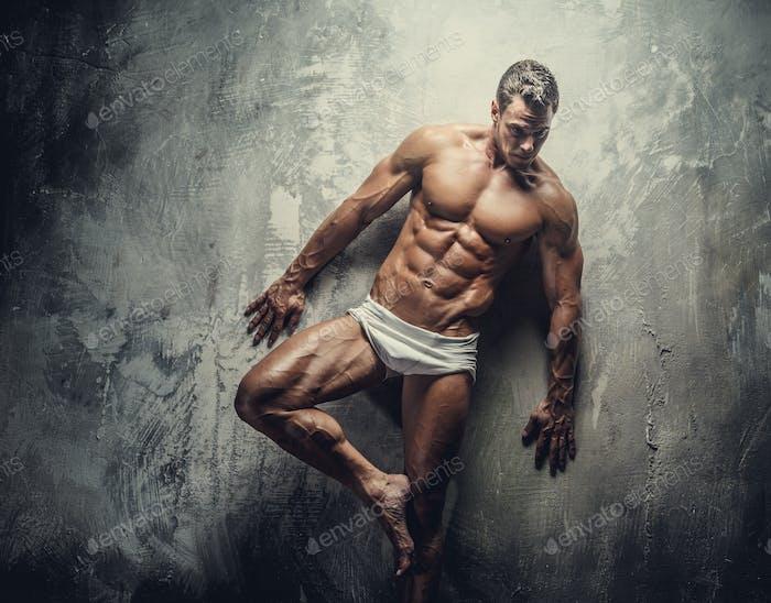 Muskulärer Kerl in weißen Höschen