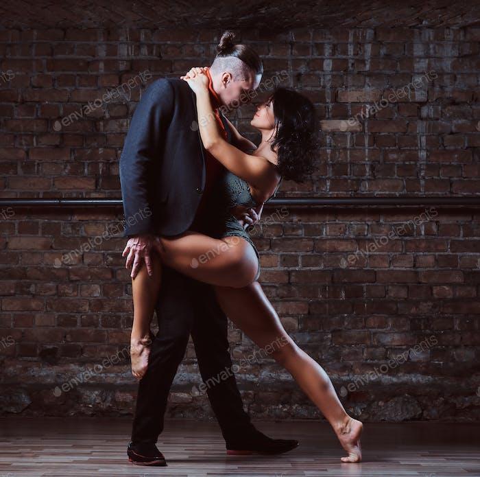 Leidenschaftliches Paar in der Liebe, führen Sie den Tanz im Dunkeln