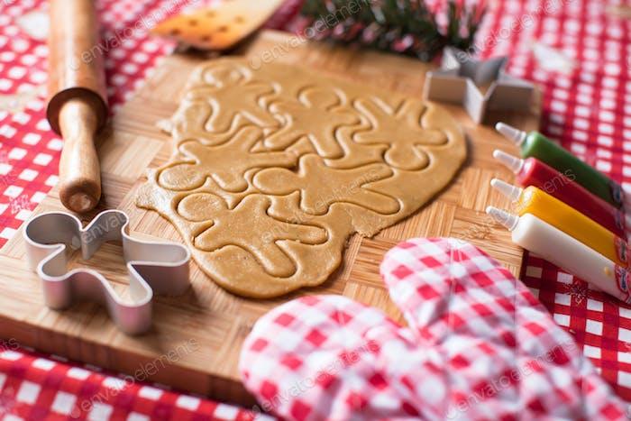 Schneiden Lebkuchenkekchenteig für Weihnachten