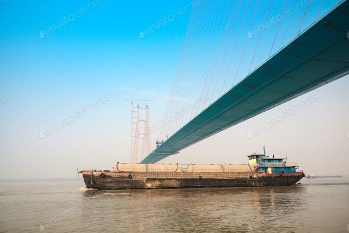 über die Brücke eines Frachtschiffes