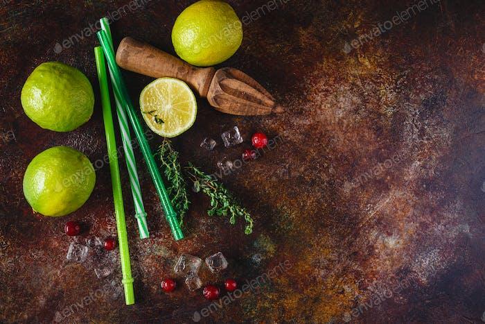Limette, Preiselbeeren und Thymian für Limonade