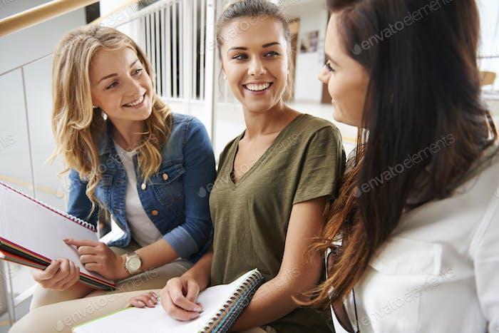 Zusammenbleiben mit ihrem Studienmaterial