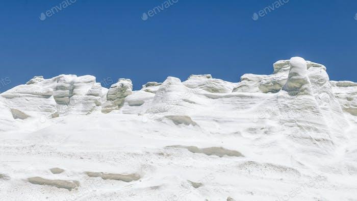 Milos Island Sarakiniko vulkanischer weißer Stein Textur mit blauem Himmel