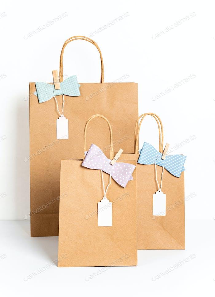 Mockup mit Kraftpapiertüte Vorlage für Kleinunternehmen-Branding, Geschenke, Geschenke