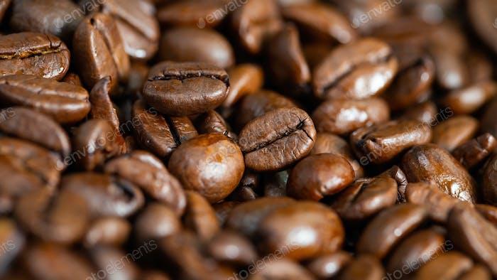 Nahaufnahme von gerösteten Kaffeebohnen im Detail