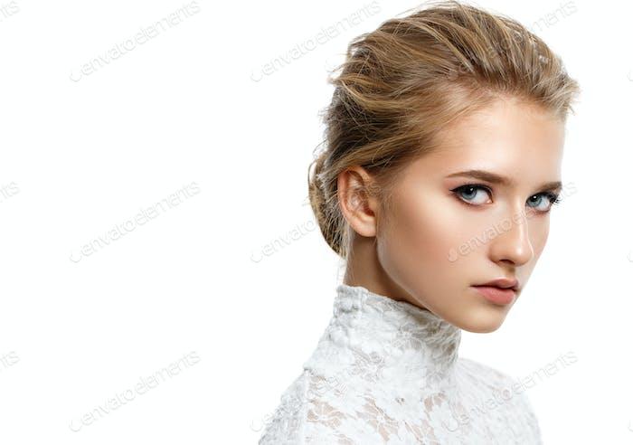 schöne dunkle blonde Mädchen mit natürlichen Make-up isoliert auf weiß