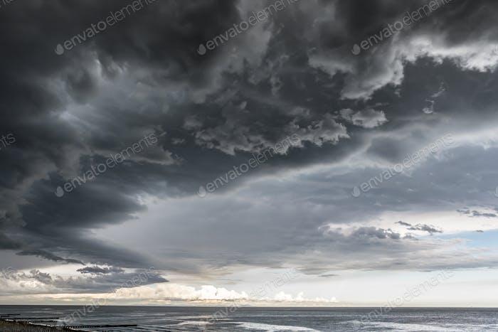 Приближаясь к облаку с дождем над морем