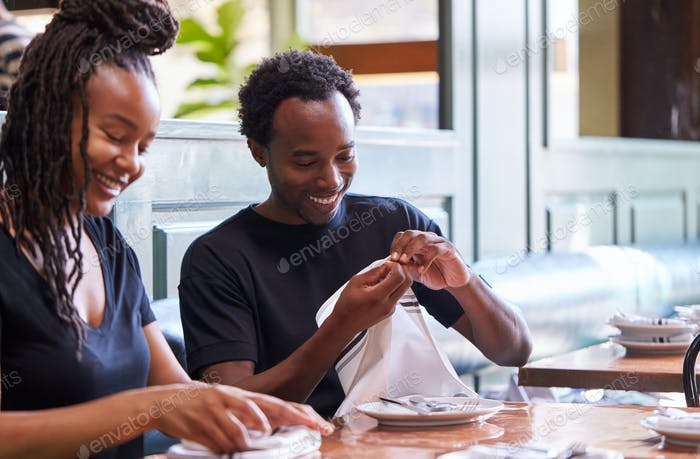 Männliche Und Weibliche Kellner Falten Servietten Im Restaurant Vor dem Service