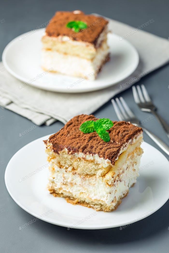 Zwei Stück traditioneller italienischer Tiramisu Dessert-Kuchen auf einem Whit