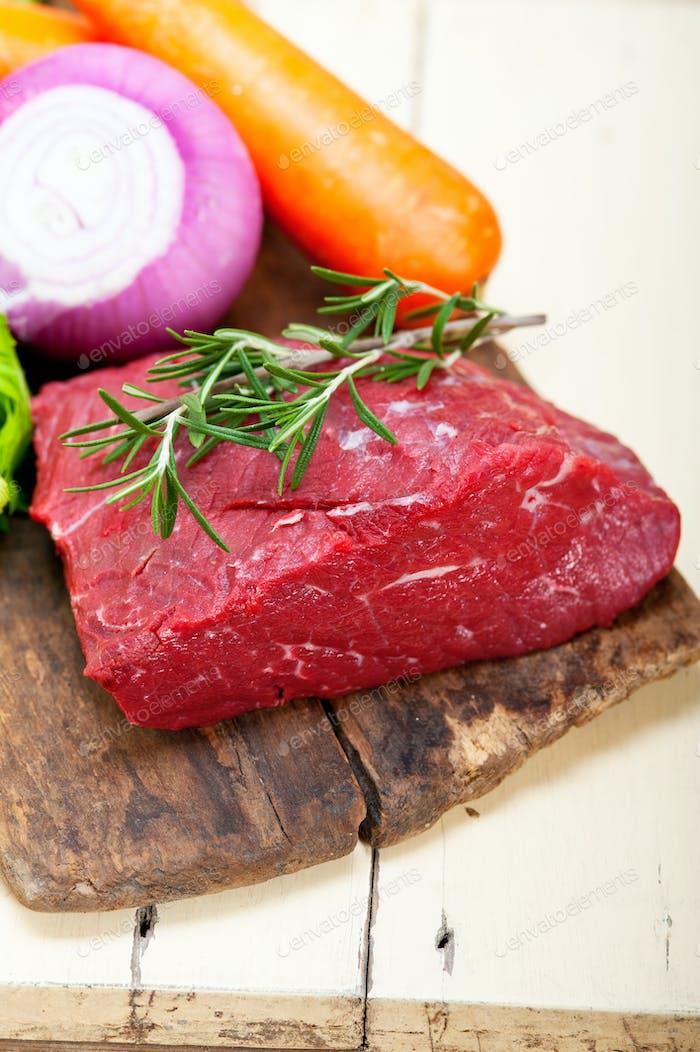 frisches rohes Rindfleisch, fertig zum Kochen