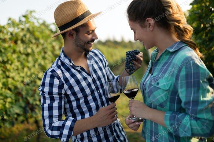Menschen Proben und Verkostung von Weinen im Weinberg