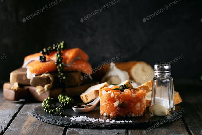 Salmon tartare served with bread