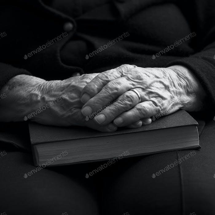 Alte Hände. Schwarz und Weiß