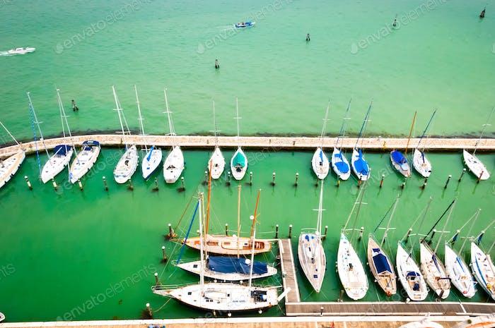 Meeresbucht mit Yachten