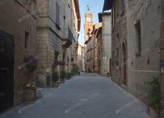 Mittelalterliche Straße und Uhrenturm