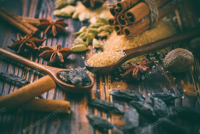 Duftende Gewürze für Weihnachtsbäckerei auf Holzuntergrund