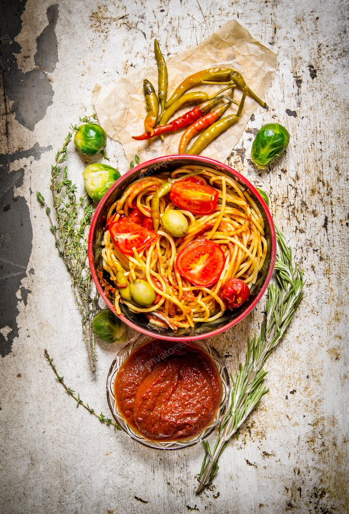 Spaghetti with tomato paste, herbs and pepper.