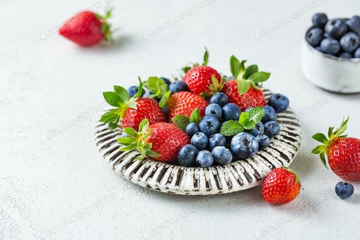 Frische und duftende Erdbeeren und Blaubeeren