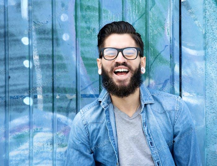 Junger Mann mit Bart lachen