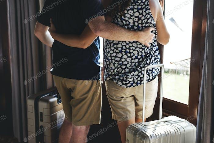 Ein Paar mit Gepäck