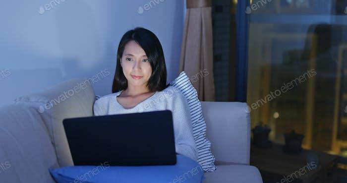 Frau arbeitet am Laptop am Abend
