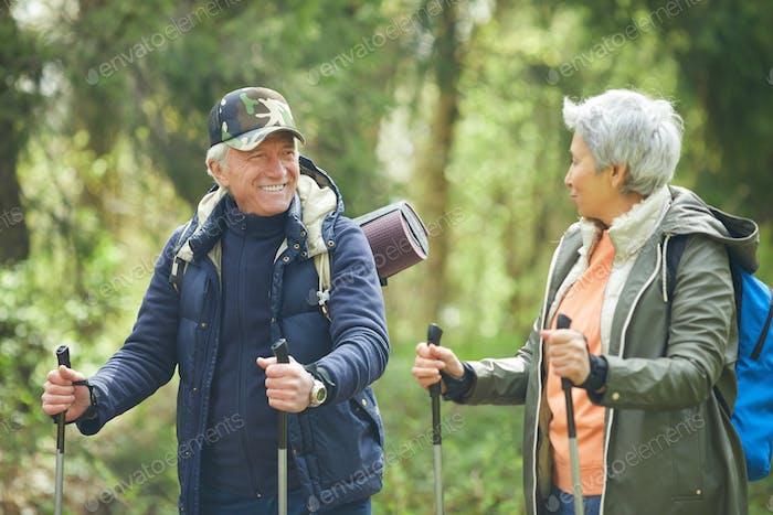 Aktives älteres Paar im Wald