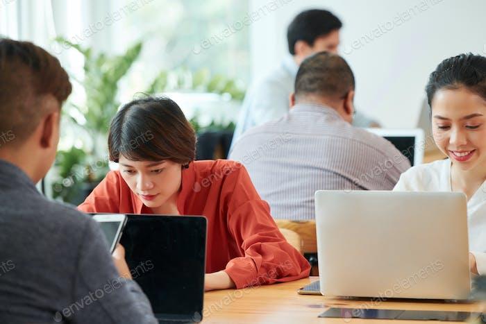 Personen, die Laptops im Büro benutzen