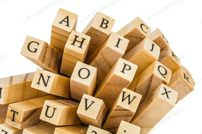 Buchstaben des englischen Alphabets an den Enden von Holzbalken, isol