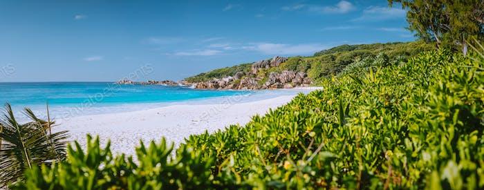 Schönster Strand Grand Anse auf La Digue Island, Seychellen mit Granitfelsen, weiß