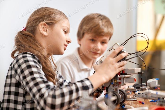 Kinder erstellen Roboter mit Bausatz