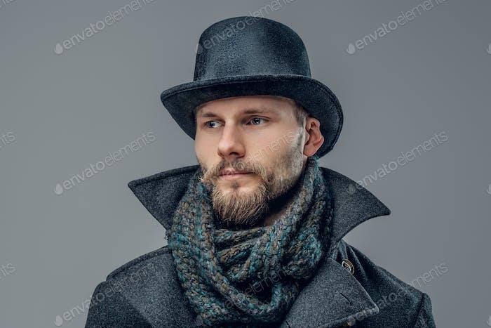 Ein Mann, der in einer Jacke und einem Zylinderhut gekleidet ist.