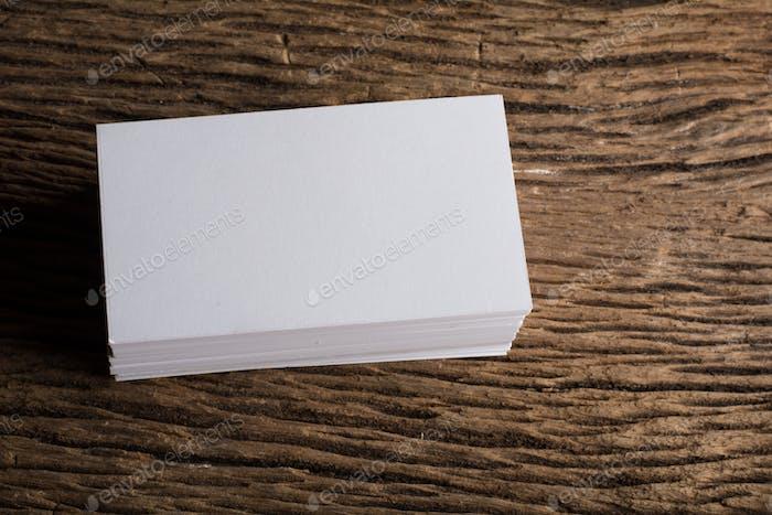 Tarjetas de presentación de identidad corporativa en blanco blanco sobre fondo de madera