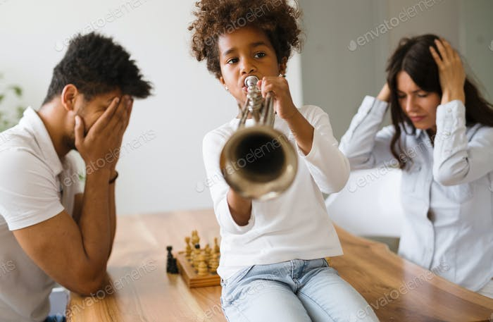 Bild von Kind Lärm durch Trompete spielen