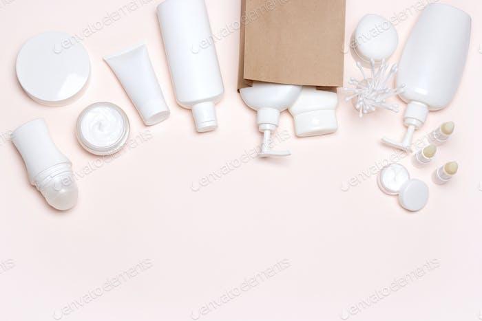 Kosmetikprodukte mit Papiertüte, Freiraum für Text