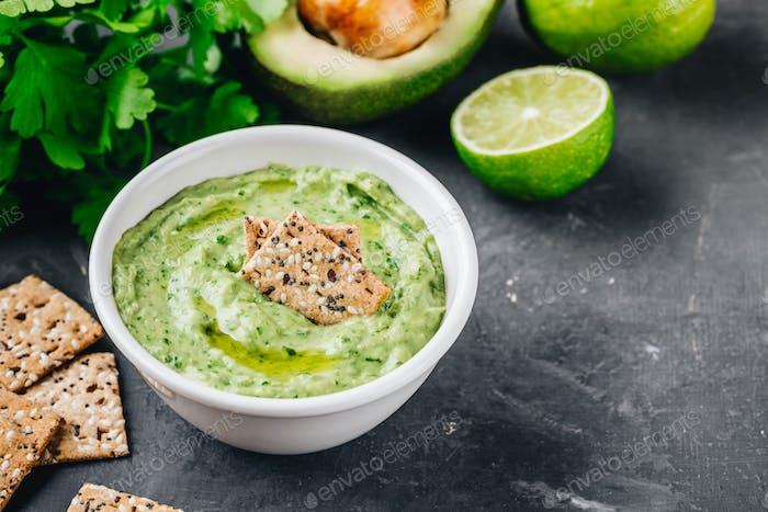 Avocado-Dip mit Koriander und Limette
