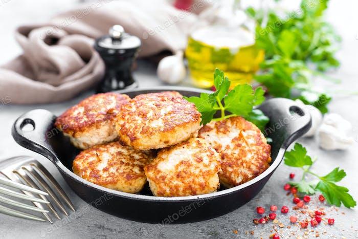 Schnitzel. Gebratene Schnitzel in gusseisernen Pfanne auf Tisch