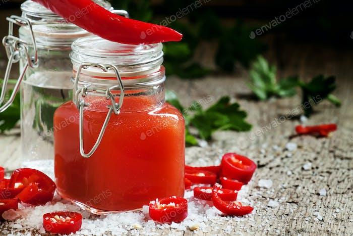 Würzige Tabasco-Sauce in einer Flasche, selektiver Fokus