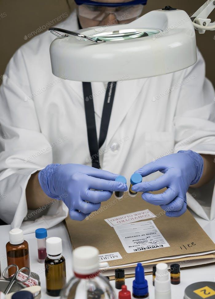 Polizeiexperte bekommt Blutprobe aus Glasflasche in Criminalistic Lab