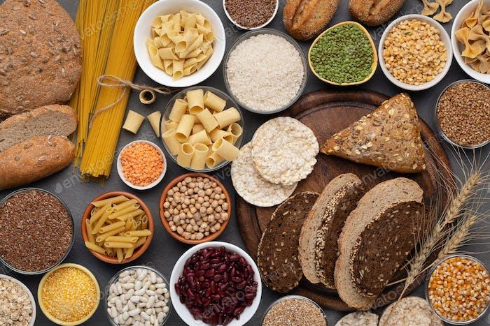 Auswahl an glutenfreien Produkten auf Holzhintergrund