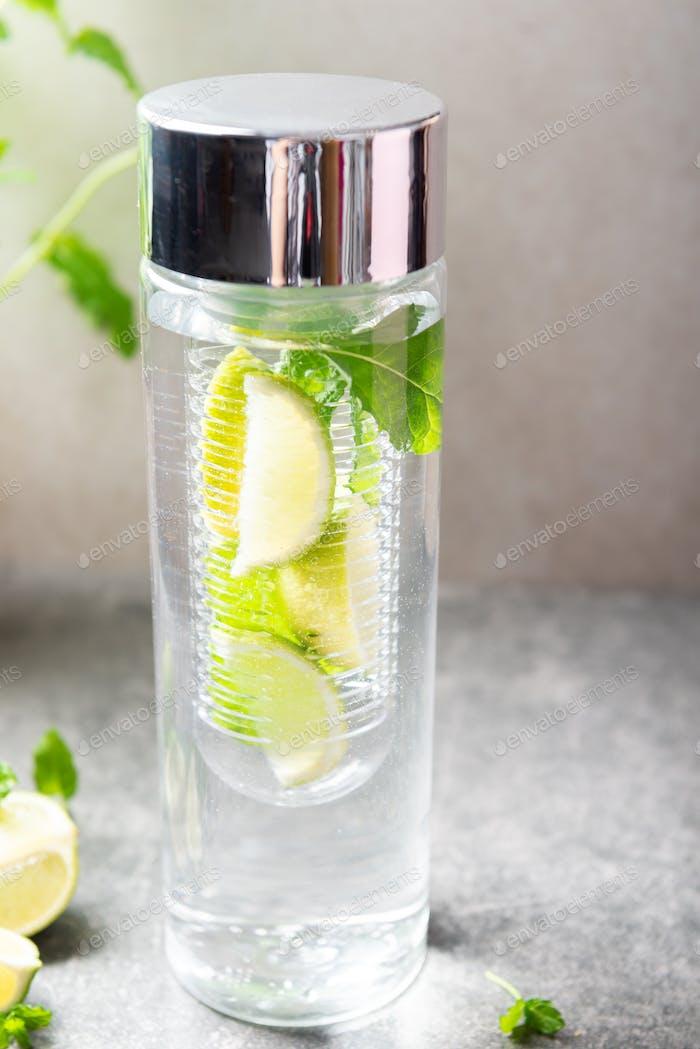 Infundiertes Wasser mit Kalk und Minze in Spezialflasche